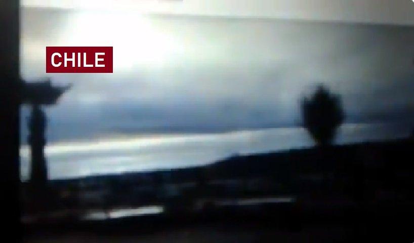 Video: Pánico en playa de Chile tras la llegada de un supuesto tsunami que fue una falsa alerta