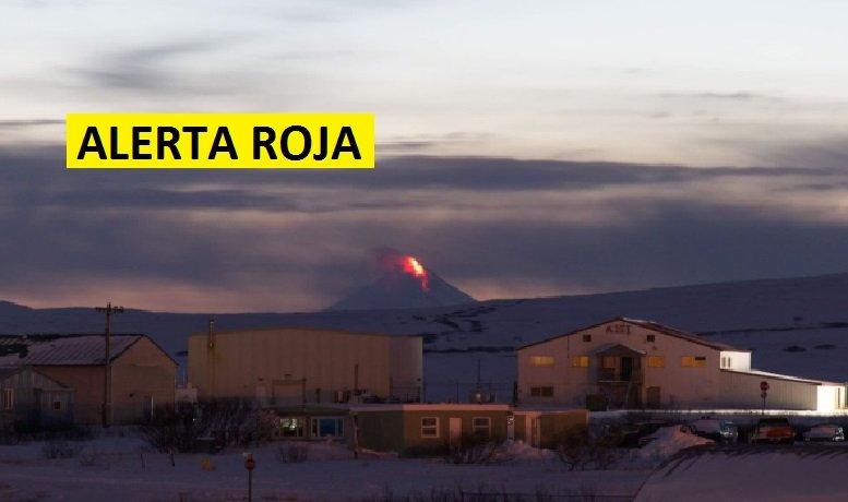 Volcán en Alaska entra en erupción y declaran alerta roja con advertencia para los aviones