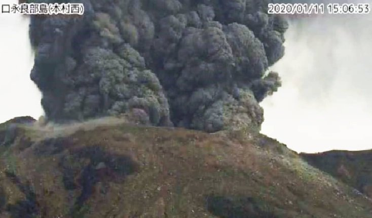 Otro volcán hace erupción en la isla suroeste de Japón, no se reportaron heridos