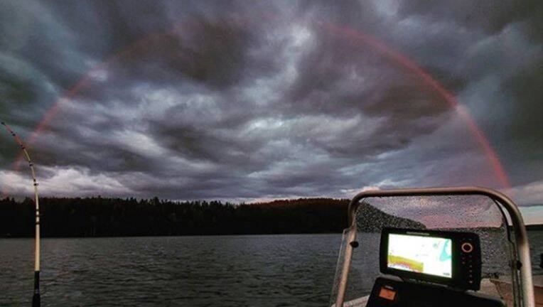 arco iris rojo visto en Finlandia