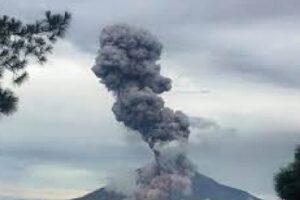 Monte Sinabung en erupción.