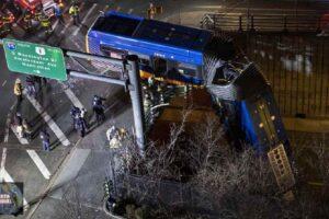 Al menos 8 heridos después de que un autobús quedará colgado de un puente en Nueva York