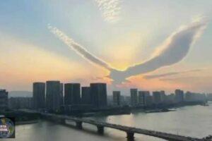 Extrañas nubes parecidas a Águilas aparecen en los cielos de China