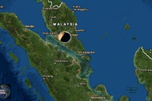 Se abre la tierra en Malasia, enorme sumidero se traga autos y edificios