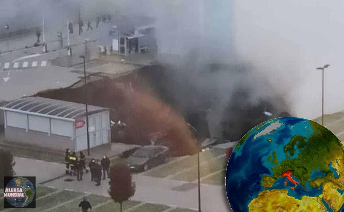 Se abre un gigante socavón tragándose múltiples autos en Nápoles, Italia