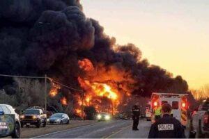 Tren impacta con un camión y el fuerte impacto provoca explosión en Texas