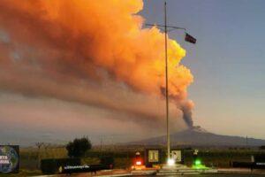Una espectacular erupción del Etna provoca una lluvia de piedras
