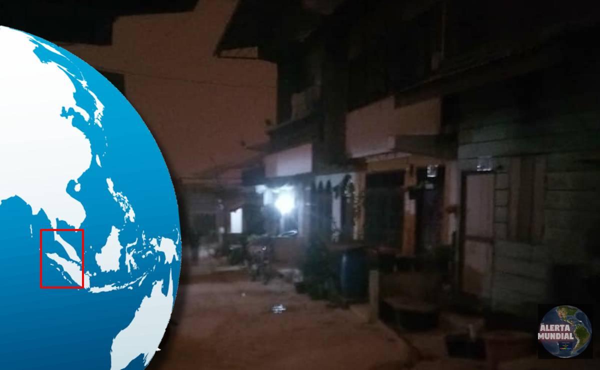 Apocalíptico a las 1100 horas el día se convierte en noche por minutos en Indonesia debido a la fuerte erupción del volcán Sinabung