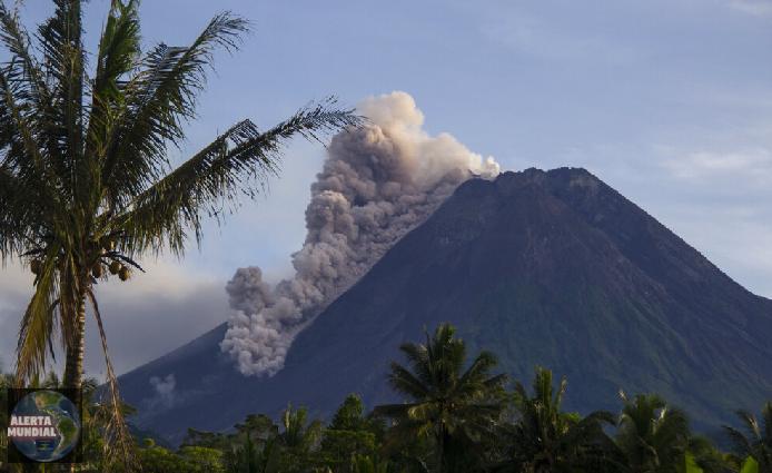 El volcán Merapi de Indonesia arroja cenizas y escombros en una nueva erupción
