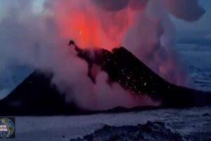 Entra en erupción el volcán Klyuchevskaya Sopka en Rusia