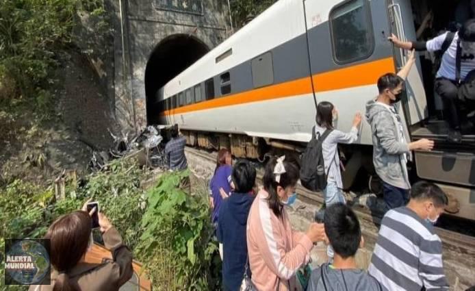 VIDEOS Se teme que decenas de muertos y heridos al descarrilarse un tren en un túnel en Taiwán