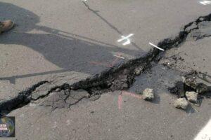 La Tierra se abre en México Una mega grieta aparece en Michoacán poniendo en peligro la vida de los automovilistas.