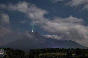 Un enorme meteorito cae sobre el cráter del volcán más activo de Indonesia (VIDEO)
