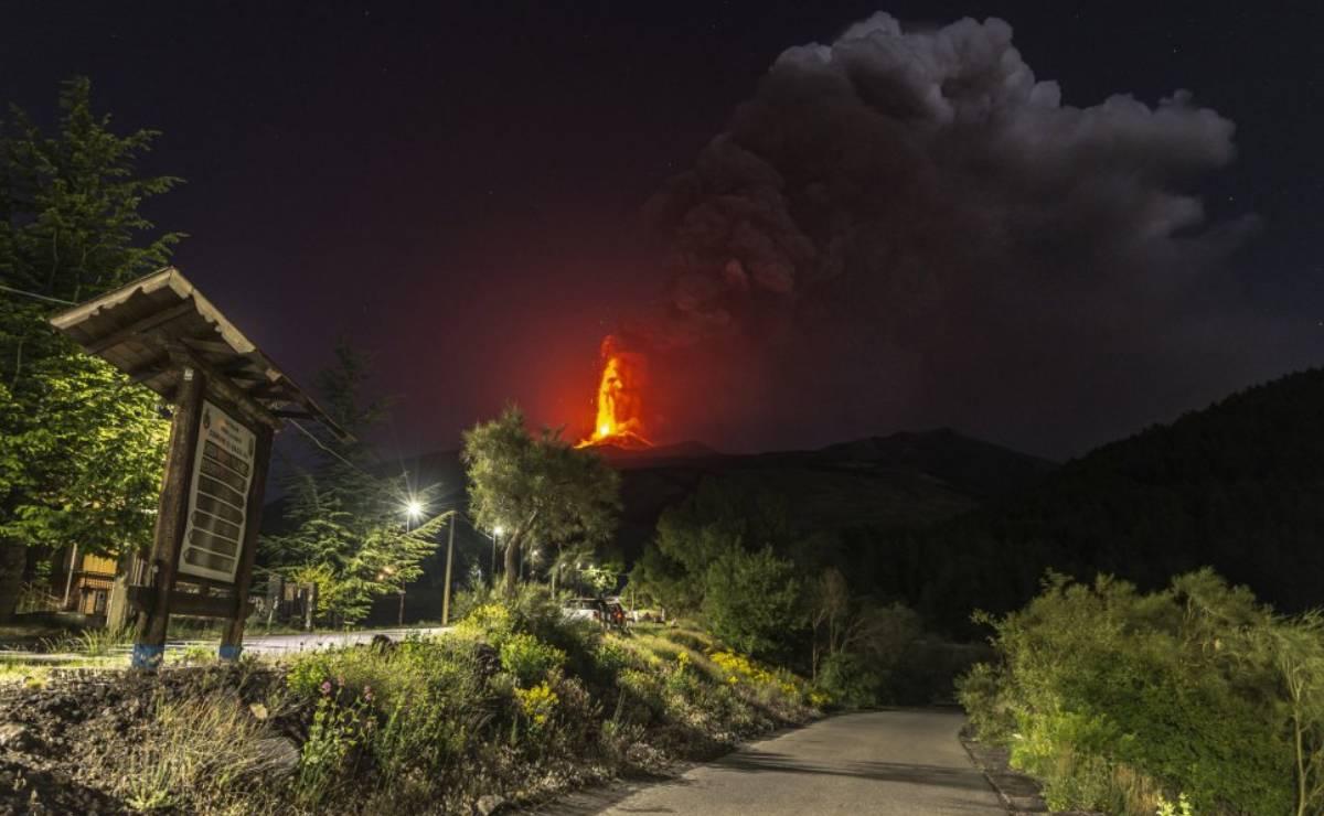 VIDEO el volcán Etna más activo de Europa, entra en erupción, arroja lava y ceniza al cielo