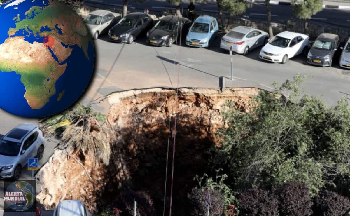 Un sumidero gigante se traga autos y arboles en Jerusalén VIDEOS