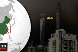 El día se convierte en noche Ciudad de China bajo las tinieblas en plena mañana