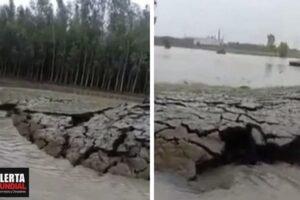 Extraño fenómeno en la India la tierra se eleva en un río como si naciera una isla (VIDEO)